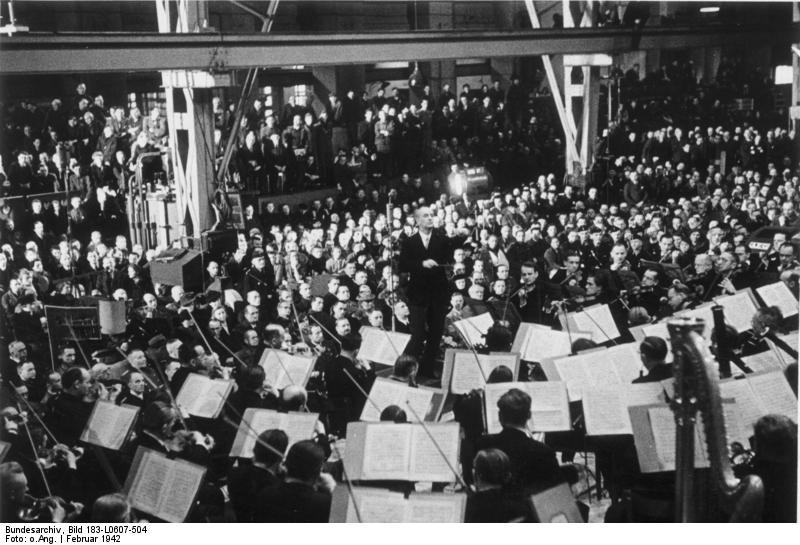 """ADN-ZB Furtwängler, Dr. Wilhelm Dirigent geb. 25.1.1886 gest. 20.11.1954 Baden-Baden UBz.: Das Berliner Philharmonische Orchester unter Leitung seines Dirigenten, Dr. W. Furtwängler, bei einem Werkpausenkonzert in einer Halle der AEG Werke in Berlin, das von der sogenannten KdF (""""Kraft durch Freude"""") im faschistischen Deutschland organisiert wurde. 26.2.1942 L 0607/504N"""